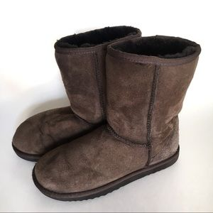 Short Classic UGG Chocolate Brown Boots Size W5